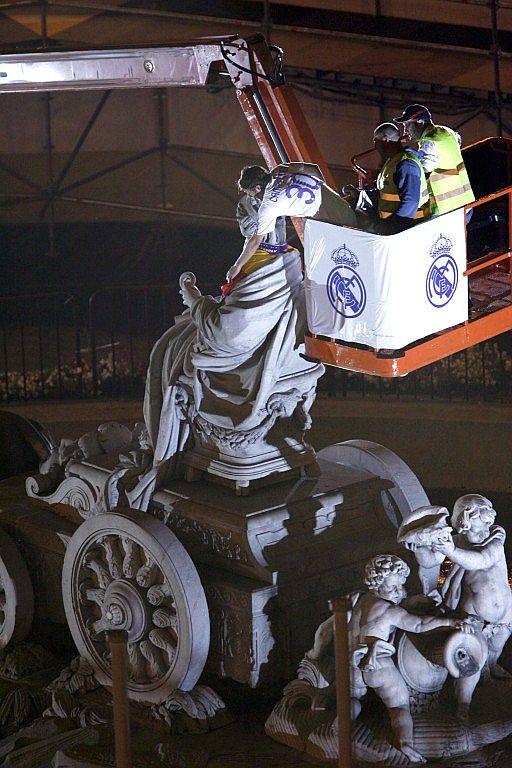 图文-皇马庆祝第30次西甲冠军劳尔夺冠不忘雕像