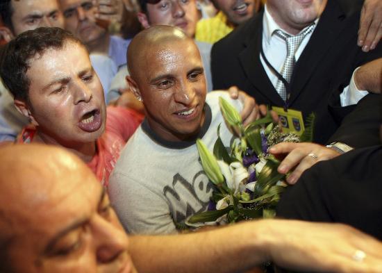 图文-卡洛斯抵达土耳其受热捧众人簇拥巴西球星