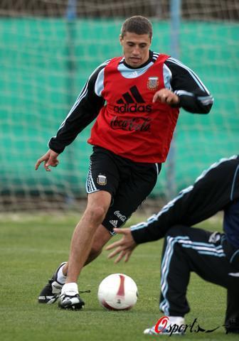 图文-阿根廷队积极备战美洲杯克雷斯波带球飘逸