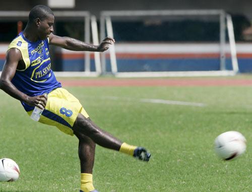 图文-厄瓜多尔队备战美洲杯门德斯苦练射门技艺