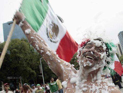 墨西哥6 0巴拉圭疯狂球迷疯狂庆祝