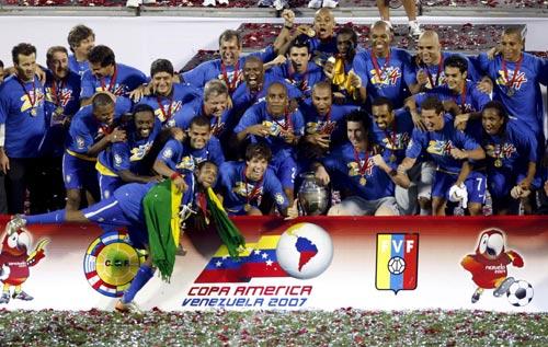 图文-巴西队第8次夺得美洲杯冠军巴西队员挤作一团