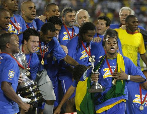 图文-巴西队第8次夺得美洲杯冠军罗比尼奥手捂胸膛