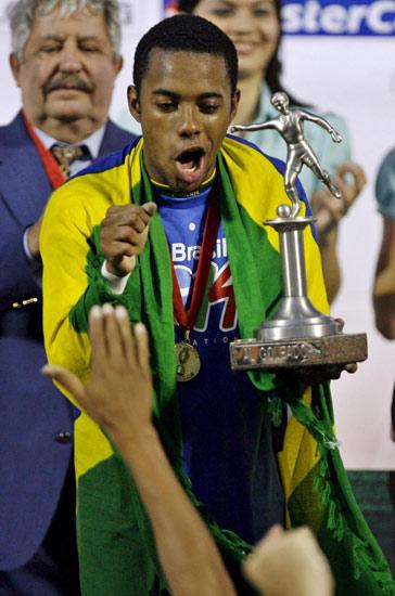 图文-巴西队第8次夺得美洲杯冠军罗比尼奥扭起桑巴