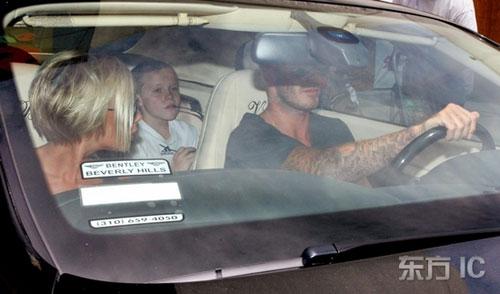 图文-贝克汉姆全家在美备受关注车内难夺记者抓拍