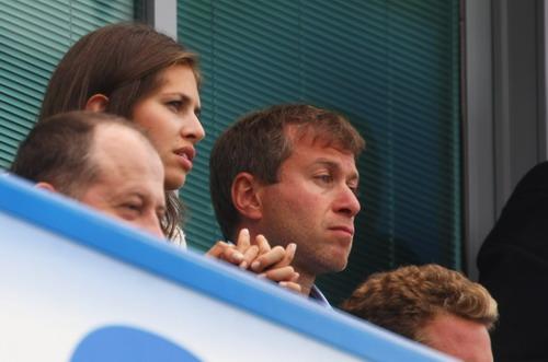 图文-阿布与绯闻女友现身英超赛场两人紧张注视比赛