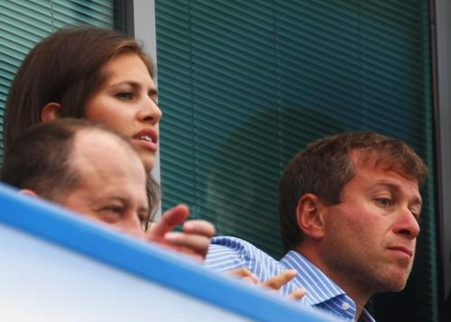 图文-阿布与绯闻女友现身英超赛场朱可娃认真看球
