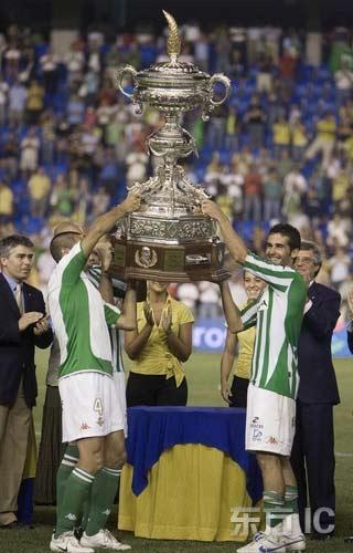 图文-卡兰萨杯皇家贝蒂斯夺冠队员们共同庆祝夺冠