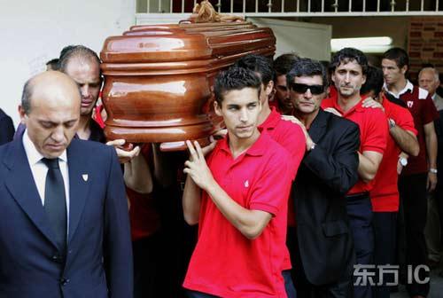 图文-安东尼奥-普埃尔塔葬礼举行队友送其最后一程