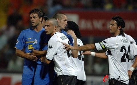 图文-[意大利杯]尤文VS帕尔马双方队员发生推桑