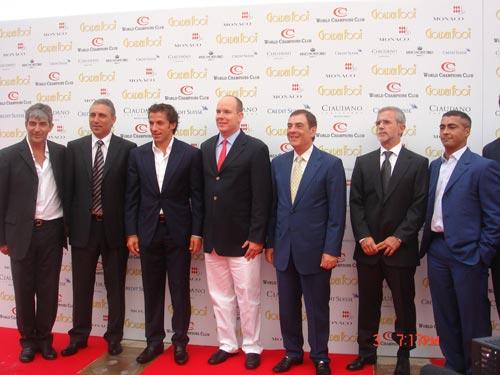 图文-国际金足奖颁奖仪式众球星与摩纳哥大公合影