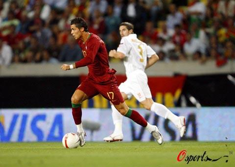 图文-[欧预赛]葡萄牙1-1塞尔维亚小小罗带球飞奔