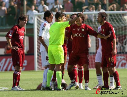 图文-[意甲]雷吉纳队0-2罗马队和裁判争辩什么?