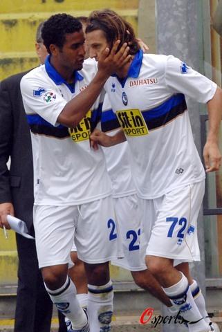 图文-[意甲]佛罗伦萨2-2亚特兰大多尼开心庆祝进球
