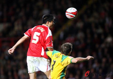 图文-[英冠]查尔顿2-0诺维奇郑智非常精彩的头球