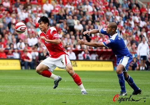 图文-[英冠]查尔顿2-0莱切斯特郑智用速度超越对手