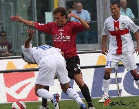 图文-[意甲]利沃诺2-2国际米兰布尔迪索防守吃力