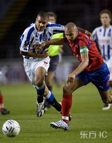 图文-[联盟杯]赫尔辛堡5-1海伦维恩拉尔森轻松突破