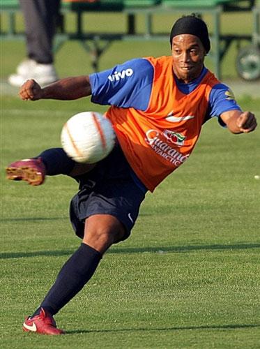 图文-巴西备战世界杯南美区预选赛小罗大秀精湛脚法