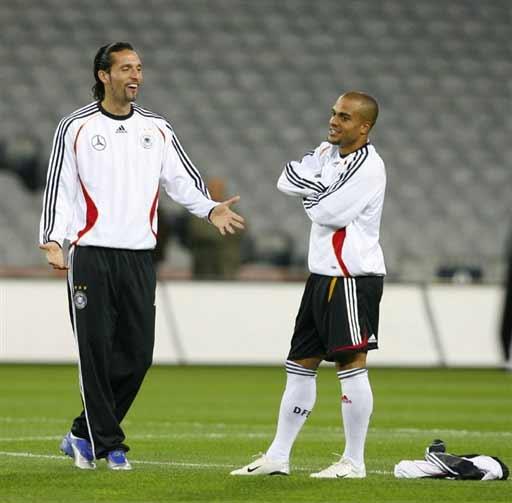 图文-德国队训练备战欧锦赛库兰伊和队友开玩笑