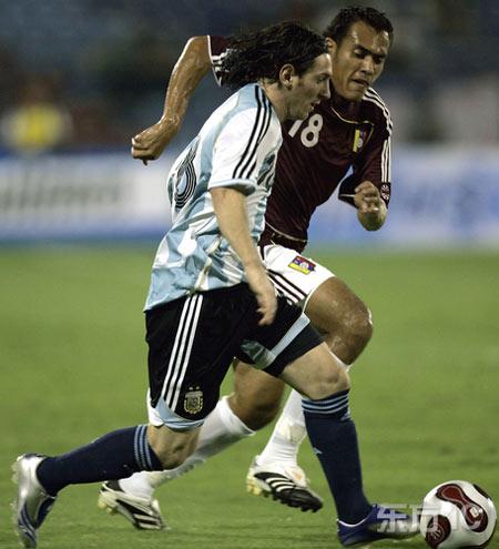 图文-委内瑞拉主场迎战阿根廷双方激烈拚抢