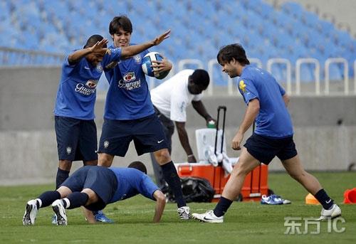 图文-巴西队轻松备战厄瓜多尔罗比尼奥最爱戏弄队友