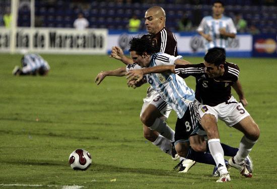 图文-预选赛阿根廷胜委内瑞拉梅西与对手拼抢