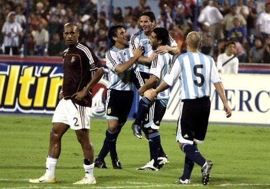 图文-预选赛阿根廷胜委内瑞拉梅西与队友庆祝