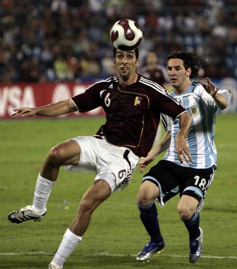 图文-预选赛阿根廷胜委内瑞拉梅西防守对方球员