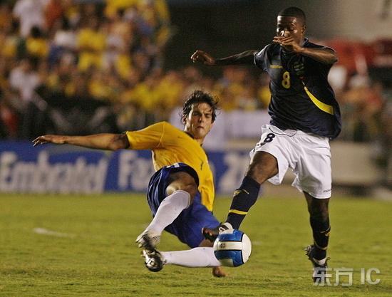 图文-[世预赛]巴西5-0厄瓜多尔卡卡飞起剪刀脚