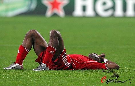 图文-[冠军杯]贝西克塔斯2-1利物浦巴贝尔瘫倒在地