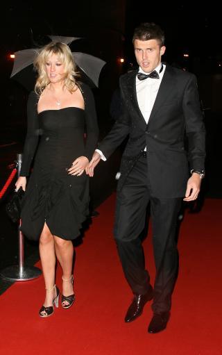 图文-曼联球星出席慈善晚会卡里克和娇妻亮相