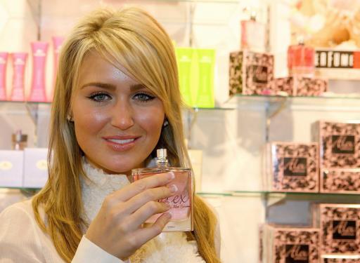 图文-杰拉德妻子在利物浦卖香水这是我的爱情武器