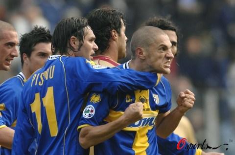 图文-[意甲]帕尔马3-2利沃诺莫罗尼怒吼庆祝进球