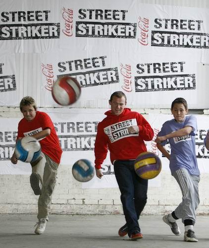 图文-鲁尼参与街头足球赛在街头大脚开球也很爽