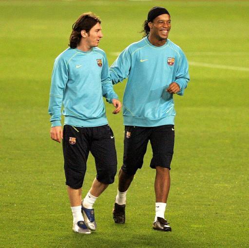 图文-巴塞罗那队备战冠军联赛梅西逗得小罗咧嘴大笑