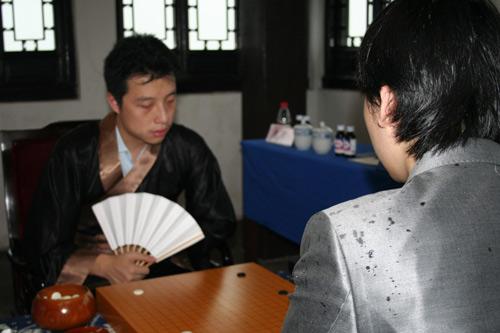 图文-第11届中韩天元对抗第2局雨水打湿棋手衣装