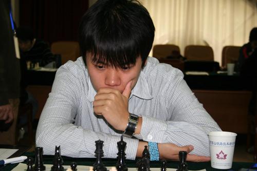 图文-2007国象甲级联赛第16轮王皓陷入沉思之中
