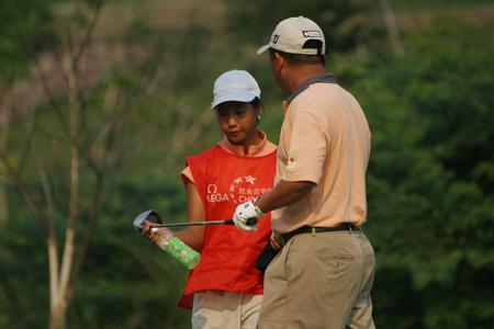 中巡赛广州站靓丽风景业余球员为职业前辈做球童