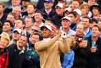 图文-英国公开赛第二轮伍兹在球迷期待中登场
