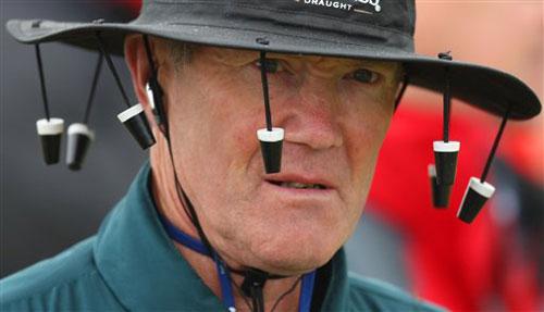 图文-英国公开赛第三轮头戴特色帽子的观众
