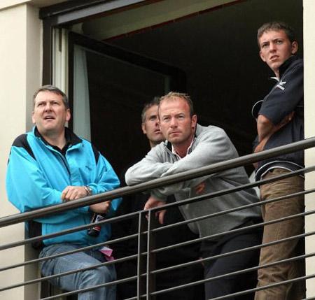 图文-英国公开赛第三轮前足球运动员安伦前来观看