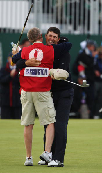 图文-英国公开赛哈灵顿夺冠球童庆祝胜利