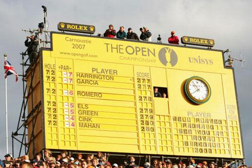 图文-英国公开赛哈灵顿夺冠爬上记分牌上观众