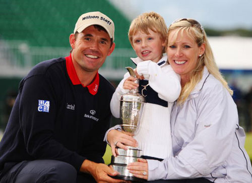 图文-英国公开赛哈灵顿夺冠一家三口与奖杯合影