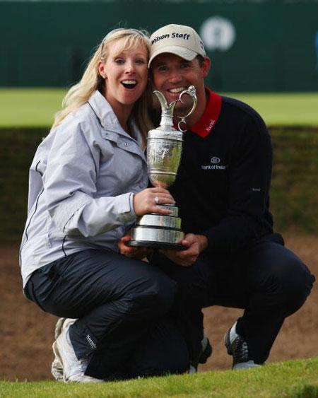 图文-英国公开赛哈灵顿夺冠与妻子合影庆祝