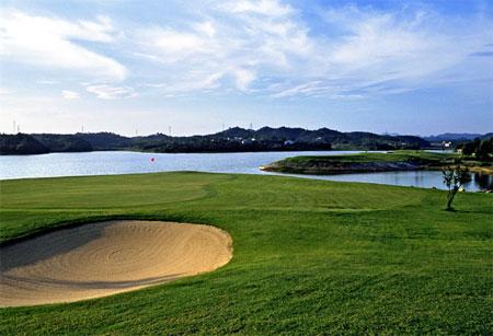图文-湖南梓山湖高尔夫俱乐部沙坑湖水双重威胁