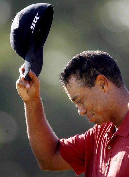 图文-美国PGA锦标赛伍兹风采脱帽向观众致意