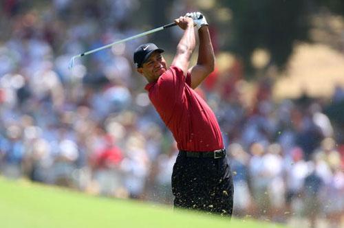 图文-美国PGA锦标赛决赛轮伍兹攻第一洞果岭