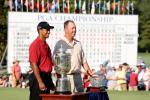 图文-PGA锦标赛颁奖典礼伍兹和迈克与奖杯合影